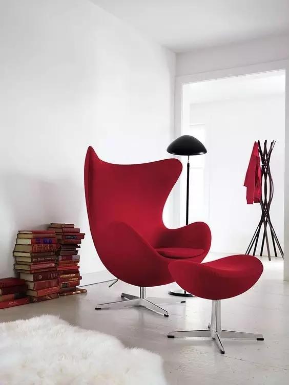 一把椅子,可以是权威、身份的象征,也可以深深融入日常家庭生活。它就像一幅空白的画布,可以让设计者自由挥洒;它又有许多条条框框,使得设计师必须理性对待。现在我们看到的经典坐椅,基本诞生于20世纪20-80年代。它们虽材料不同,形态各异,但每把椅子都是一段历史,都有一个迷人的故事。下面就有丽江椅业小编带大家欣赏下椅子的不同风采吧   瓦西里椅 Wassily Chair 马歇尔·布劳耶 Marcel Breuer(德) 1925年 它是包豪斯崭露头角的第一批产品之一,在很大程度上巩固了包豪斯学校