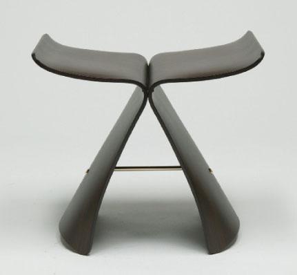 """雅各布森得仿效伊姆斯夫妇创造了标志性的""""蚁""""椅"""